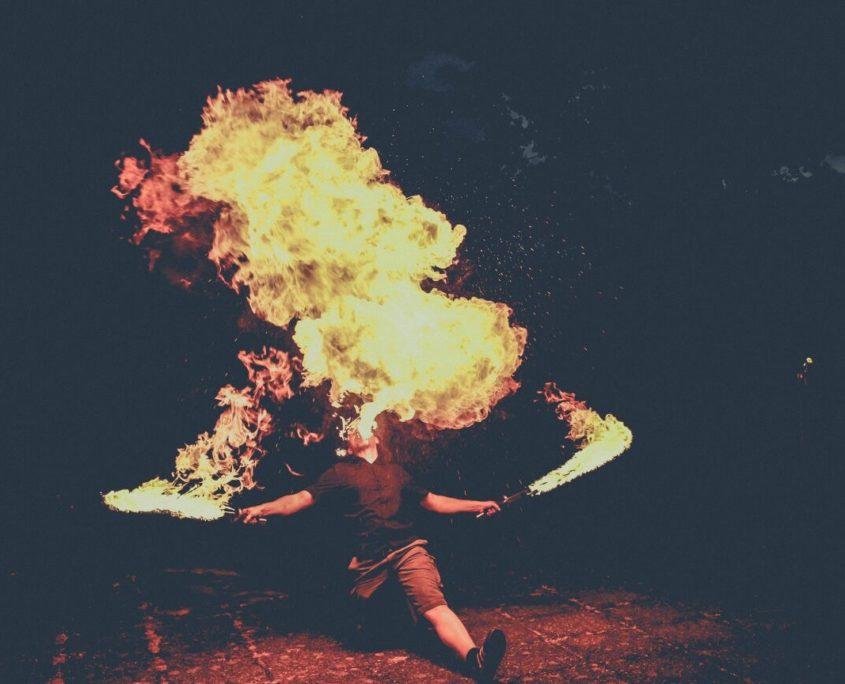 Feuershow mit Feuerschwertern und Feuerspucken